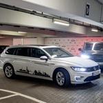 Volkswagen že od leta 2018 na letališču v Hamburgu testira avtomobile, ki znajo sami poiskati prosto parkirno mesto in parkirati. (foto: Volkswagen)