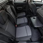 Potnikom na zadnjih sedežih bi lahko namenili kakšen dodaten centimeter prostora za kolena, udobje pa motijo tudi preveč pokončna naslonjala. (foto: Uroš Modlic)