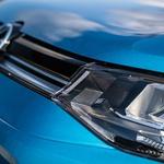 V serijski opremi so žarometi s halogenskimi žarnicami, kar je za avtomobil, ki je med najdražjimi v razredu, skoraj nespodobno. (foto: Uroš Modlic)