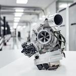 Sodoben turbinski polnilnik z elektromotorjem in kontrolno enoto. Komaj je kaj večji od standardnega turbinskega polninika. (foto: Mercedes Benz)