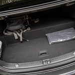 Prtljažnik je zavoljo baterije, ki je nad zadnjo osjo, pogojno uporaben, vsaj ob pogledu na skoraj pet metrov dolg avtomobil. (foto: Uroš Modlic)