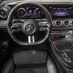 Poslej sta pred voznikom le še dva zaslona, ki sta z novim sistemom MBUX povsem prilagodljiva. Nov je tudi volanski obroč s senzorskimi stikali. (foto: Uroš Modlic)