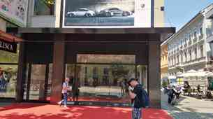 Malce drugačen Porschejev salon v Ljubljani