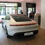 Malce drugačen Porschejev salon v Ljubljani (foto: az)