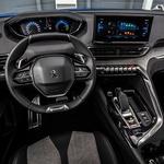 Notranjost 3008 še vedno deluje sveže in kakovostno prepričljivo. Peugeotovski volan majhnega premera je stvar razprave – meni ustreza. No, sterilnost krmilnega mehanizma pač manj. (foto: Uroš Modlic)