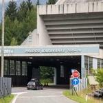 Znameniti uvoz v najdaljši slovenski (avtocestni) predor Karavanke, ki je bil odprt v dneh pred osamosvojitvijo, čez štiri leta pa se mu bo pridružila vzporedna cev. (foto: Sta)