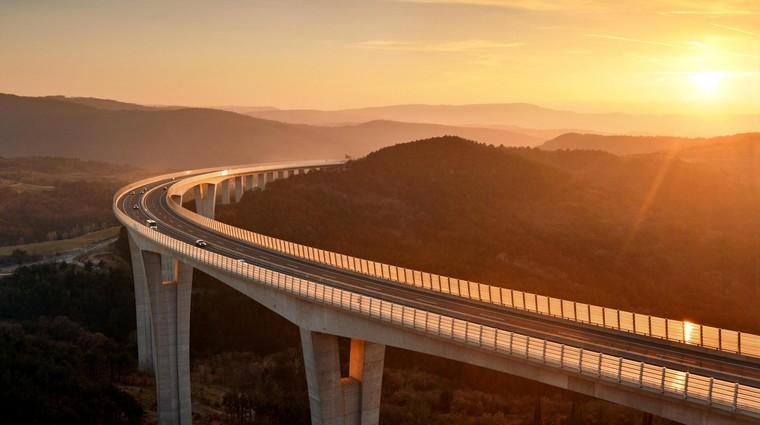 Črnokalski viadukt velja za največji podvig slovenskega gradbeništva. Visok je več kot 100 metrov in dolg 1.065 metrov – od odprtki je bil to eden najdaljših tovrstnih objektov v Evropi. (foto: Profimedia)
