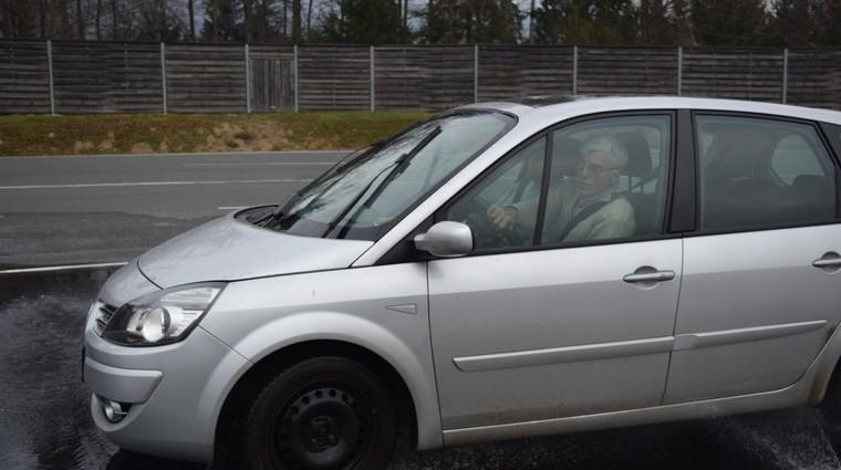 V programu usposabljanja v AMZS Centru varne vožnje na Vranskem starejši vozniki preverijo svoje sposobnosti in lastnosti svojega avtomobila. (foto: Amzs)