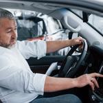 Vozniki v zrelih letih so pogosto nezaupljivi do asistenčnih sistemov - predvsem zato, ker ne poznajo dobro njihovega delovanja. (foto: Freepik)