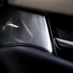 Napis Bose na kovinskih zaščitah zvočnikov ob vseh razkošju namiguje na odlično avdioizkušnjo, vendar pa utegne prave avdiofile pustiti ravnodušne. (foto: Uroš Modlic)