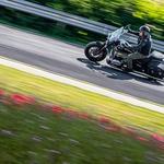 R 18 Classic, ki mu sicer godi lagodno kruzanje, omogoča tudi živahnejšo vožnjo. (foto: Uroš Modlic)