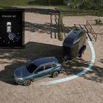 Novejši avtomobili so opremljeni tudi z asistenčnimi sistemi za parkiranje s prikolico. Voznik nastavi smer in pospešuje in zavira, sistem pa sam obrača volan. (foto: Volkswagen)