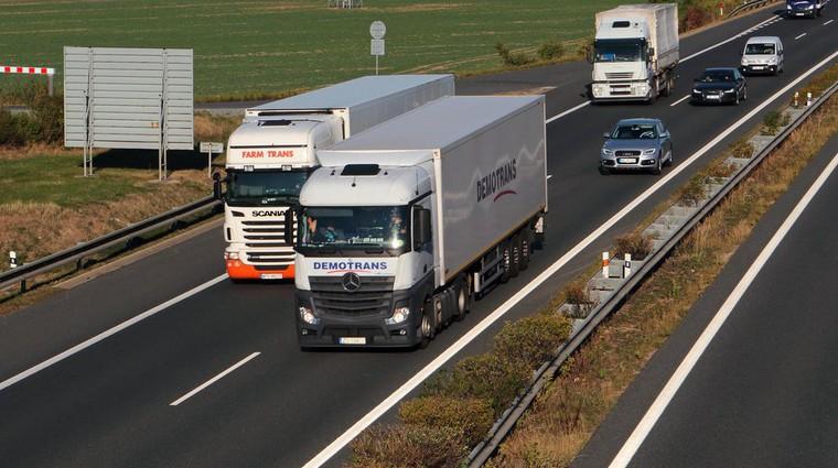 Prepoved prehitevanja tovornjakov kmalu na celotni avtocesti. Preverite, kdaj! (foto: Arhiv AM)