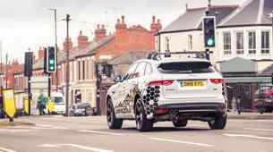 Britanec za zaščito svoje zgodovinske hiše v križišču postavil lažen semafor