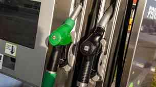 Cene nafte še naprej padajo. Se bomo kmalu vrnili na ceno enega evra za liter?