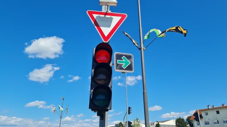 Od danes desno tudi pri rdeči luči: kje najprej in pod kakšnimi pogoji? (foto: Jure Šujica)