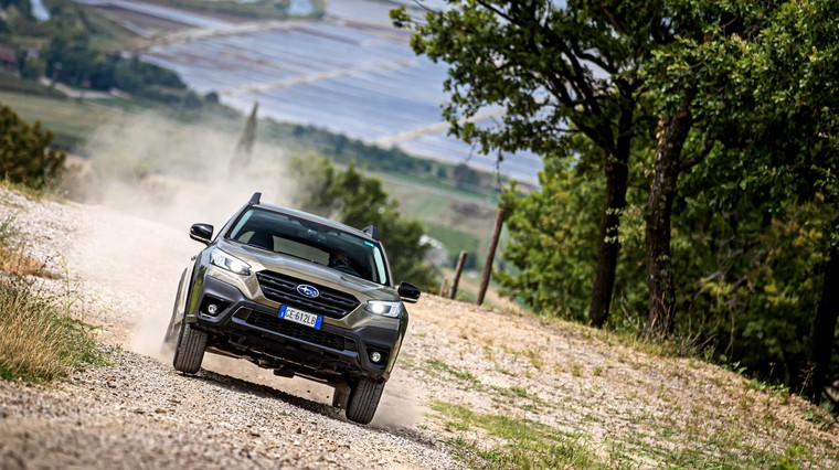 Subarujev simetrični AWD nikoli ne razočara. Simetrični se imenuje zgolj zato, ker so zaradi položaja motorja in menjalnika pogonske osovine enakih dimenzij. Prednost je enakomernejša razporeditev mase med kolesi. (foto: Uroš Modlic)