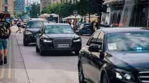 Kako se moramo obnašati, ko za seboj zagledamo vozilo za spremstvo (z modro-rdečo lučjo)