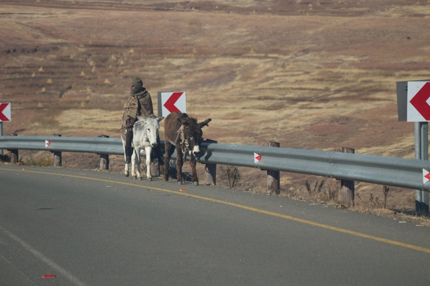 Afrika: Prelaz Tlaeeng – Lesoto (3.251 metrov) 'Črna celina' ima izmed vseh preostalih celin najvišje ležečo cesto speljano na relativno …